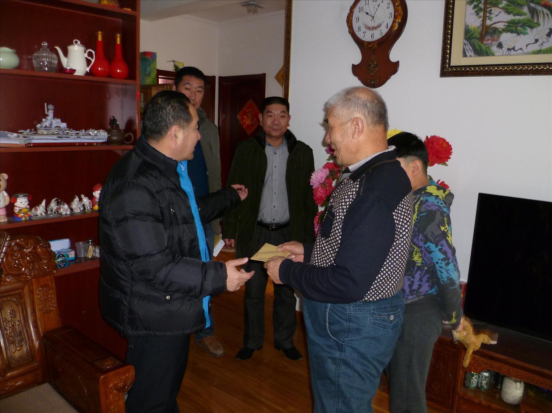 社区两委走访慰问老干部、老党员及伤残困难家庭