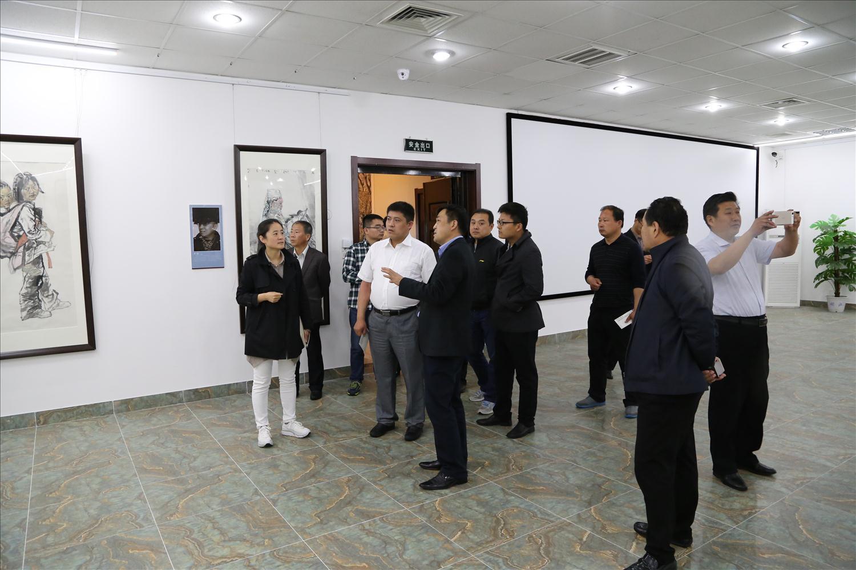 纪书记 徐主任陪同客人参观了百果山画家创作基地展览馆 (2)